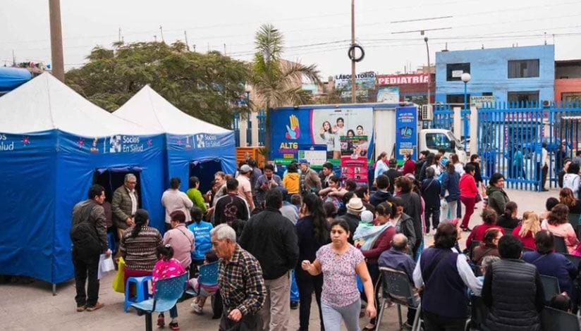 Antes de la pandemia, una multitud de personas espera para ser examinada por el programa TB Móvil en un concurrido barrio de Lima, Perú. Filial de Socios En Salud Perú