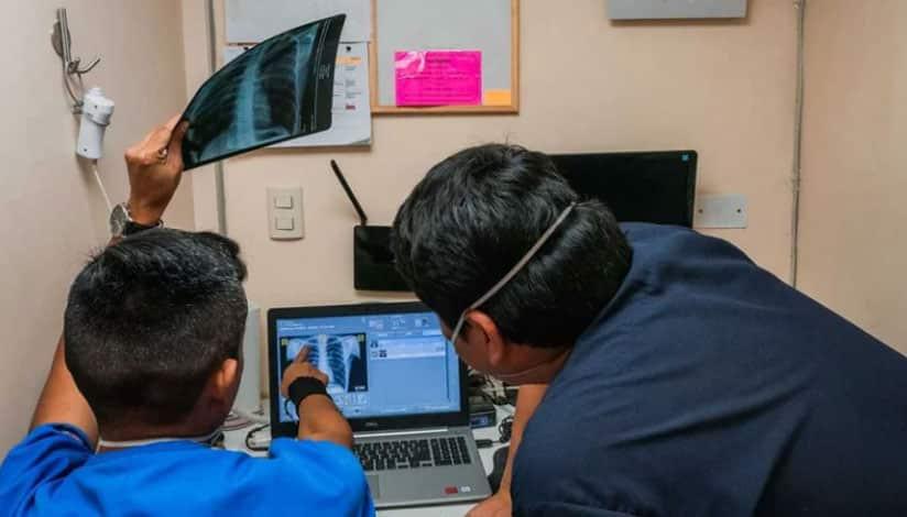 Los empleados de TB Móvil examinan las radiografías de tórax en busca de signos de anomalías en los pulmones. En Lima, dos furgonetas están equipadas con ordenadores mejorados con IA que utilizan el aprendizaje profundo para crear un mapa de calor de las áreas sospechosas y puntuar la radiografía para la probabilidad de infección. Socios En Salud Sucursal Perú